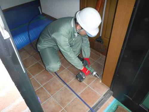 玄関戸枠穿孔・注入処理1